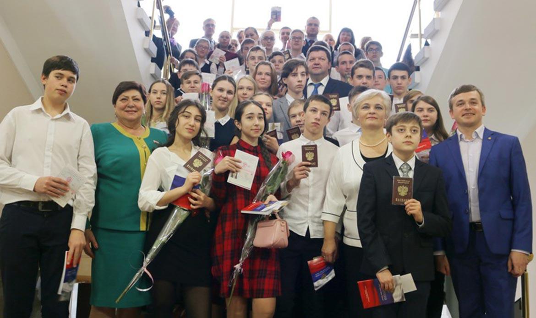 Юным ялтинцам торжественно вручили паспорта вДень Конституции РФ