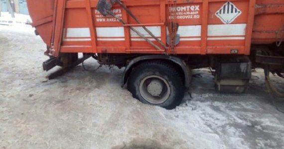 В Ставрополе мусоровоз провалился под асфальт