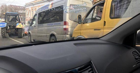 """""""ГАЗель"""" в Ставрополе столкнулась с микроавтобусом"""