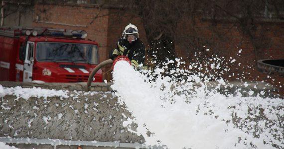 Ставропольские пожарные потушили машину на автозаправке