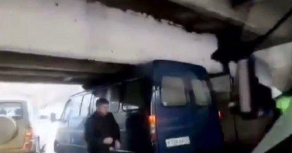 Под мостом в Пятигорске застрял микроавтобус. ВИДЕО