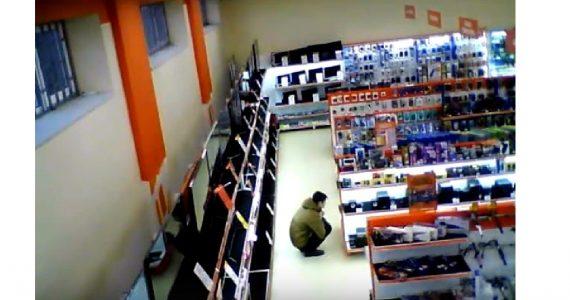 В Будённовске ищут мужчину, который унёс из магазина портативную колонку