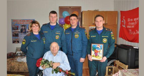 Сотрудники МЧС по Ставропольскому краю поздравили ветерана Великой Отечественной войны с 87-летием