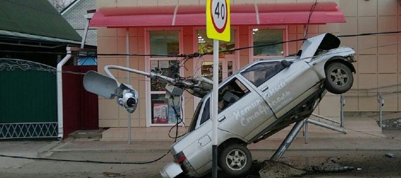 В Новоалександровске «Десятка» снесла фонарный столб и повисла на нём