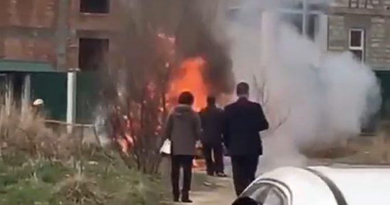 В Кисловодске около школы загорелся автомобиль. ВИДЕО