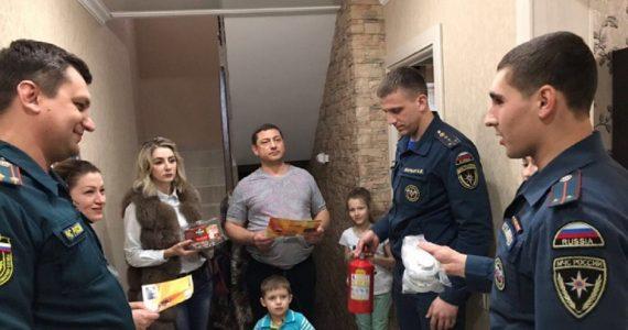 Ставропольские пожарные подарили многодетным семьям огнетушители