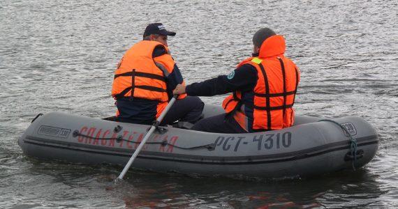 Спасатели ПАСС проверяют у ставропольских рыбаков наличие жилетов и свистков