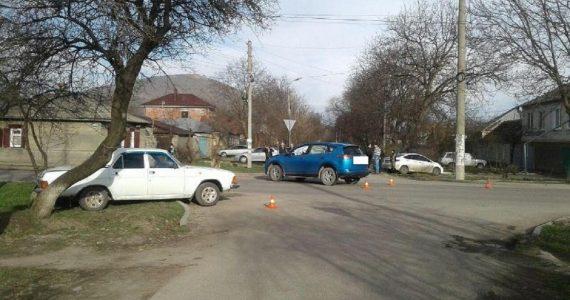 «Тойота» врезалась в Волгу в Пятигорске. Пострадали две женщины