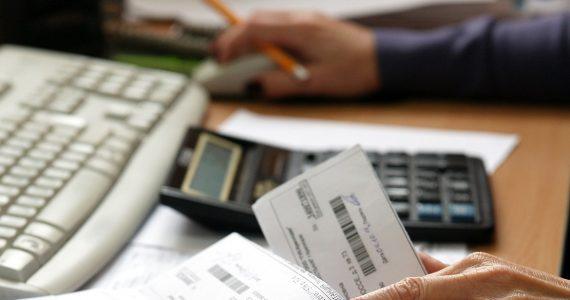 Из-за неуплаты услуг ЖКХ приставы арестовали счета ставропольца