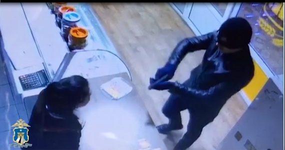 Вооружённый грабитель в Георгиевске нападал на квартиры и магазины. ВИДЕО
