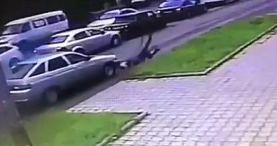 Пешеход выжил, попав под колёса машины в Невинномысске. ВИДЕО
