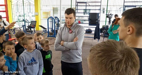 Тайбоксёр Артём Левин провёл в Ставрополе тренировку для детей