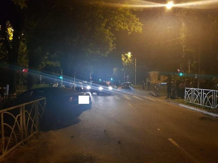 ВСтаврополе иностранная машина  влетела вдорожное ограждение