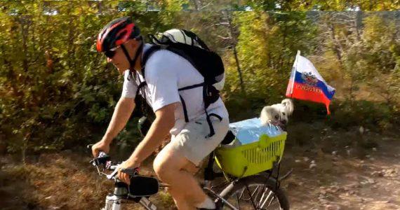 Ставрополец вместе с собакой Гайкой путешествует по всей России. ВИДЕО