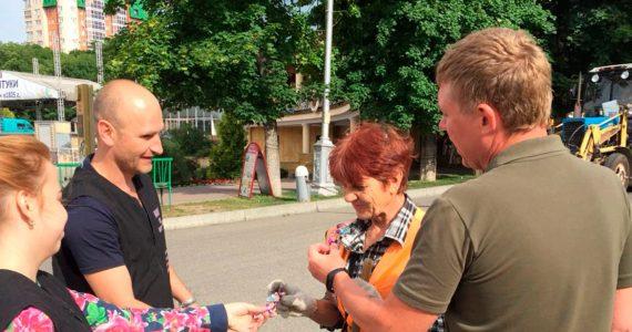 Конфетный патруль в Ессентуках раздал дворникам сладости