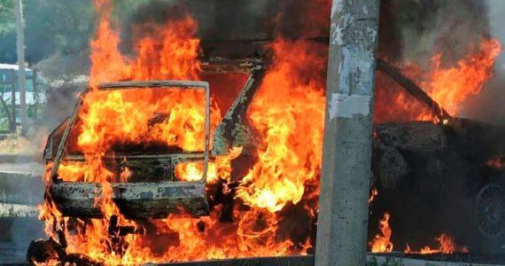 Припаркованная иномарка сгорела дотла в Невинномысске.ВИДЕО