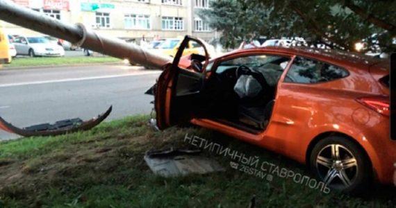 Иномарка снесла столб в Ставрополе