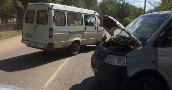 Два пассажирских микроавтобуса столкнулись в Невинномысске. Ранены четыре человека