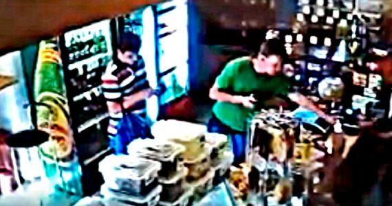 Молодые люди обворовали магазин в Ставрополе. Видео
