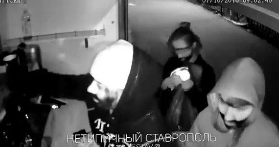 Трое девушек ночью обокрали кофейню в ставропольском парке Победы. ВИДЕО