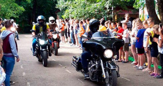 Ставропольские байкеры устроили в детском лагере выставку мотоциклов
