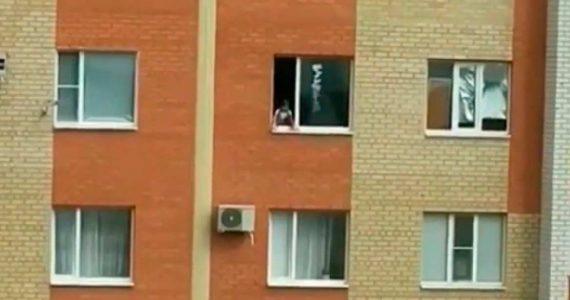Ребёнок в Ставрополе несколько часов просидел на подоконнике квартиры на 12 этаже. ВИДЕО