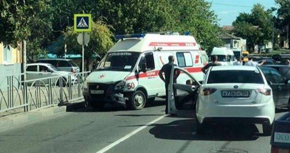ДТП с участием четырёх автомобилей произошло в Ставрополе. Очевидцы сообщают о двух пострадавших