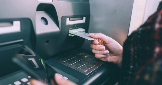 В станице Расшеватской женщина украла с банковской карты подруги 50 тысяч рублей