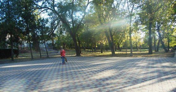 Старый парк в Зеленокумске начинает новую жизнь