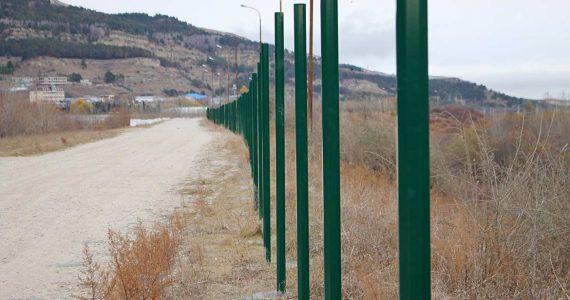 На Новом озере в Кисловодске монтируют ограждения