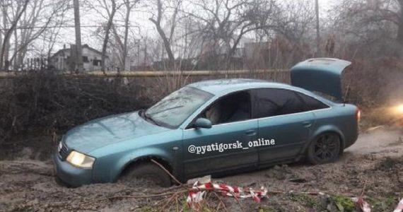 «Ауди» провалилась в яму на дороге Пятигорска