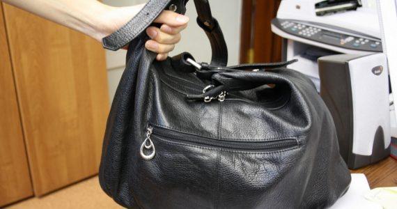 Пенсионерка из Затеречного украла в аптеке сумочку с деньгами
