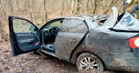Ставрополец врезался в дерево и оказался заблокированным в машине