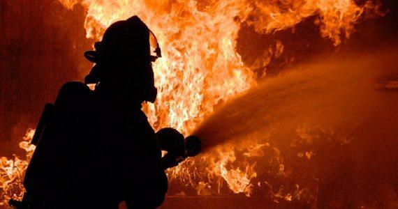 Заброшенный склад площадью 800 м² загорелся в Зеленокумске
