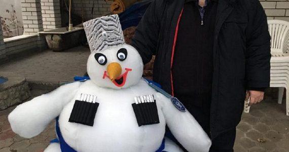 Снеговика-казака из синтепона смастерила ессентукская семья